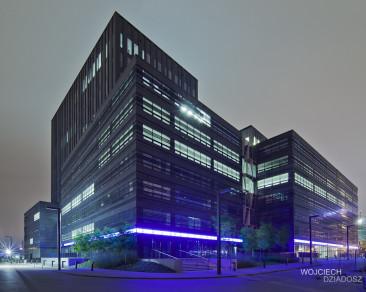 Wola Center - fotografia architektury z zewnątrz budynku.
