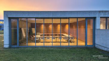 Zdjęcia wnętrza architektury budynku.
