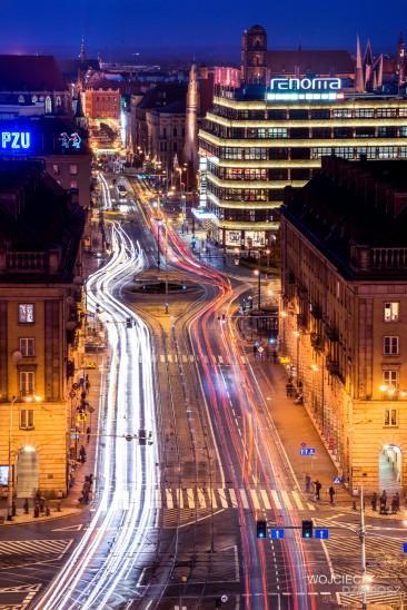 Fotografia architektury miasta nocą.