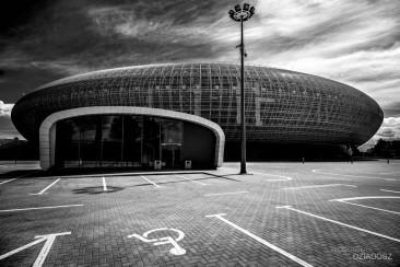 Stadion w krakowie na ciemnym tle.