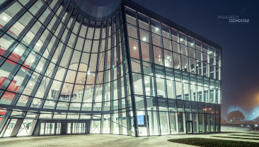 ICE krakow - Zdjęcie szklanego budynku.