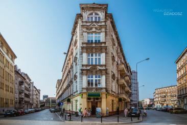 Fotografia architektury miasta w Wrocławiu.