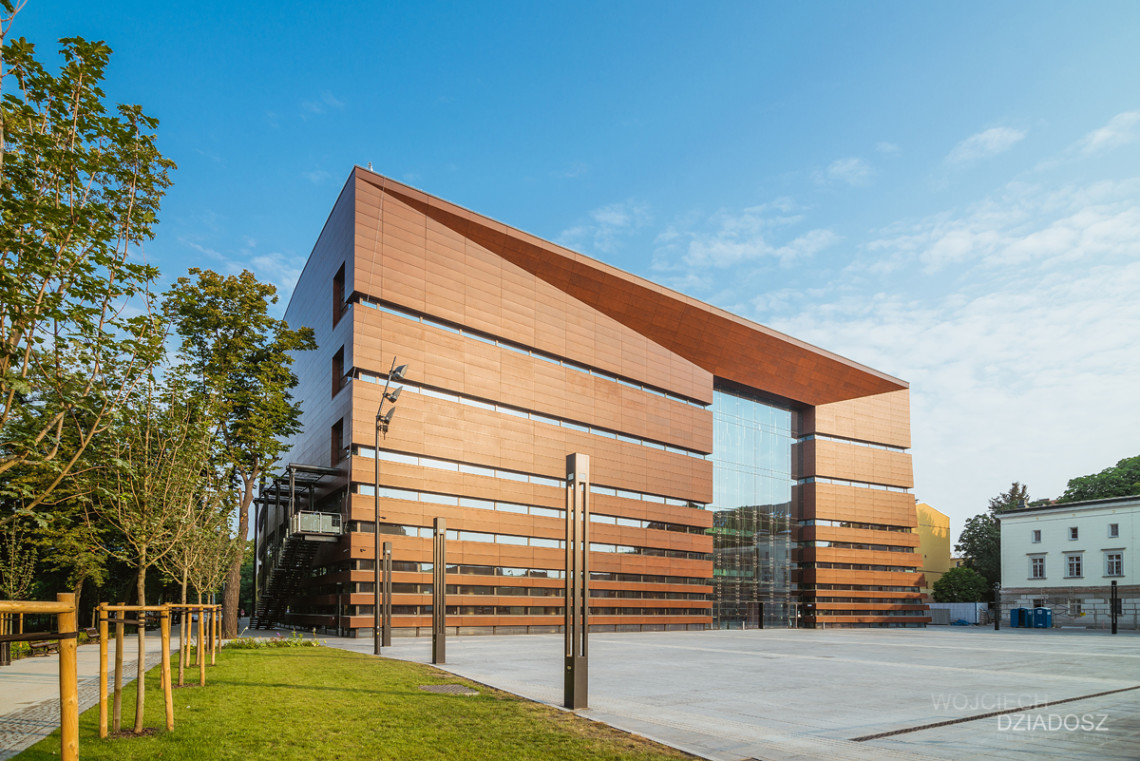 Fotografia architektury - dziwny budynek.